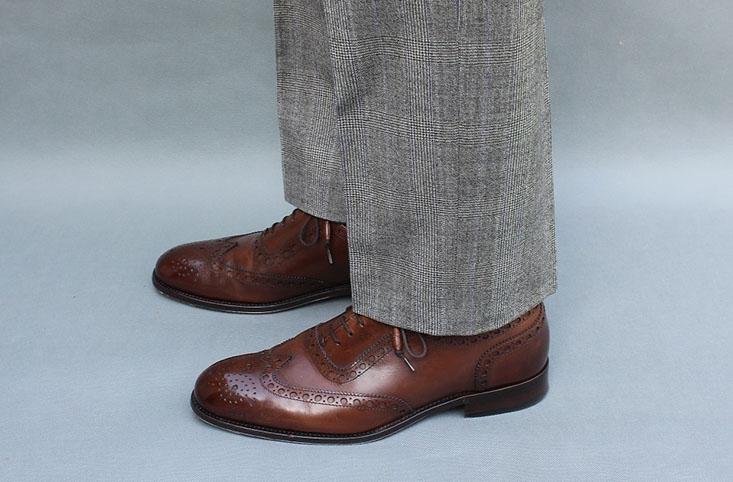 Przy współcześnie obowiązującej szerokości nogawek, spodnie nie powinny się opierać na bucie i żadne fałdy nie powinny się tworzyć. Gdyby te same spodnie próbować wydłużyć, nie będą wyglądać dobrze.