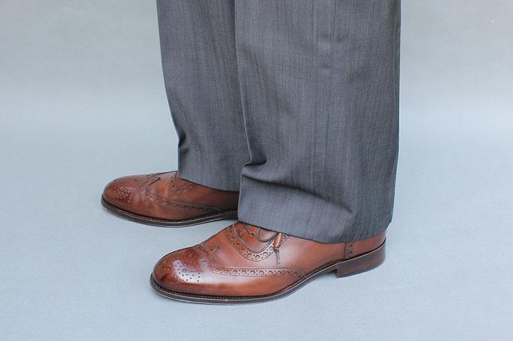 Taka szerokość nogawek spodni była standardem kilkanaście lat temu. Wtedy mogły one sięgać z tyłu do połowy cholewki buta, a z przodu tworzyć jedno załamanie – fałdę.