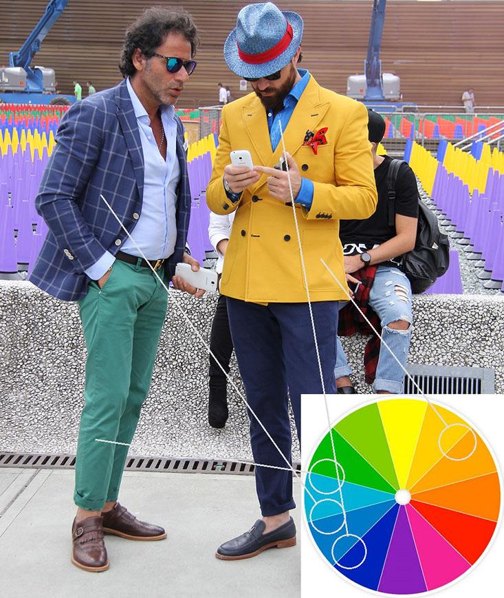 Dwaj uczestnicy Pitti Uomo, dobrze zestawili kolory. Pan z lewej, postawił na kolory sąsiednie, a pan z prawej – na kolory przeciwległe.